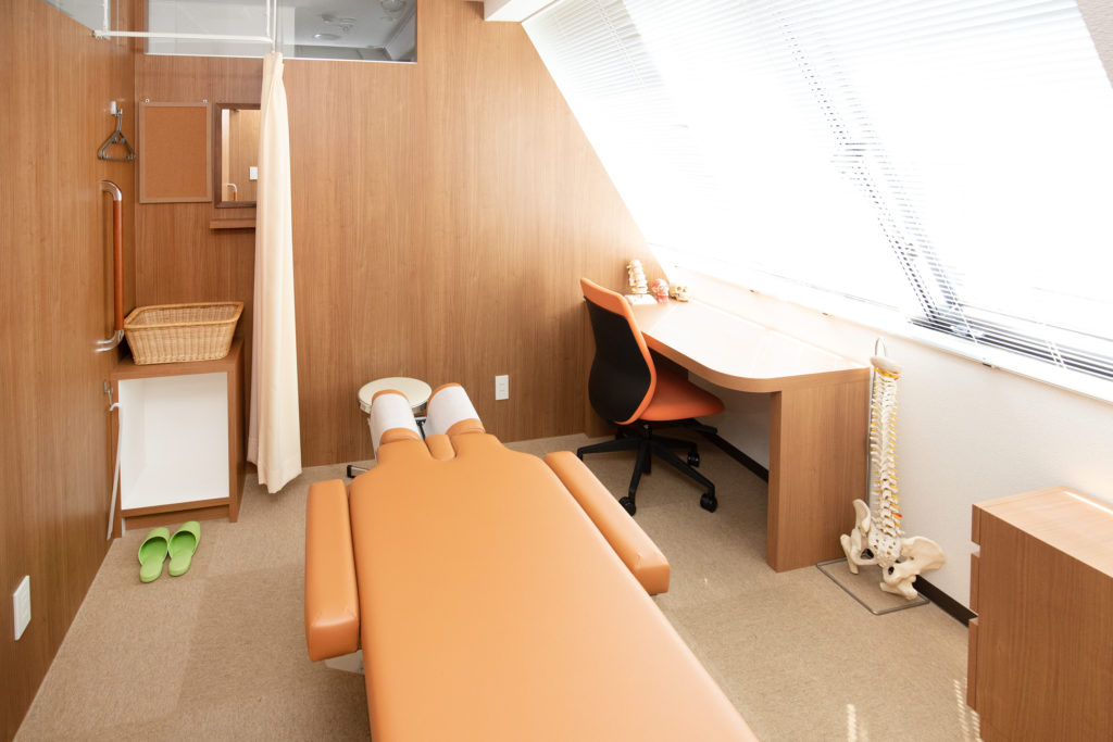 日当たりのよい広々とした完全個室の治療室