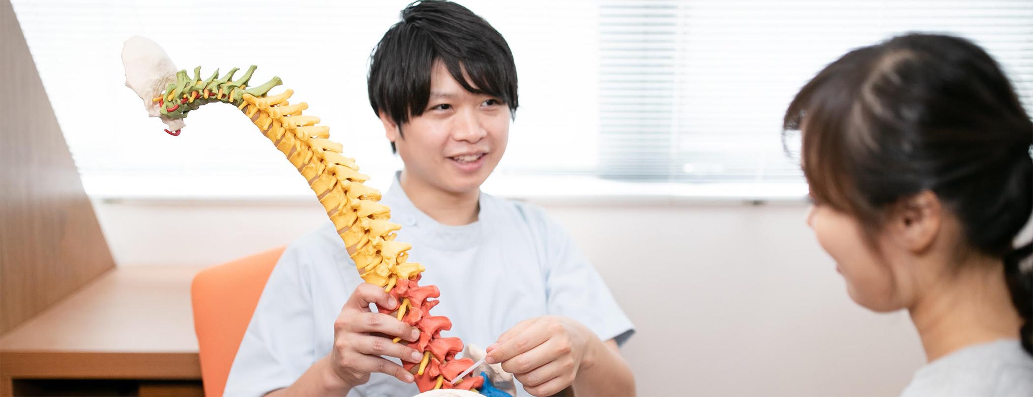 鍼灸治療の説明をする鍼灸師
