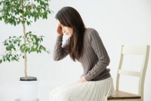 前頭部痛の女性