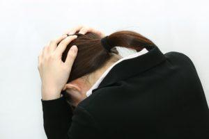 後頭部痛の女性